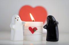Fantômes du jour de Valentineavec la bougie et le foyer Image libre de droits