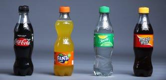 Fanta, cola, Sprite e o Mezzo misturam garrafas das bebidas imagem de stock