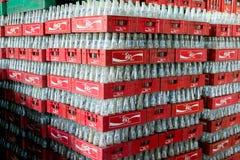 Fanta Glasflasche mit Coca Colarotrahmen Stockfotografie
