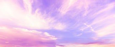 Fantacy purpere en roze hemel en wolkenachtergrond in zomer stock fotografie