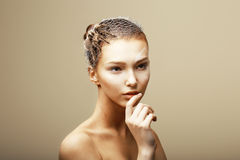 Fantasía. Concepto creativo. Araña de la tarántula en la cabeza de la mujer que se sienta en telaraña metálica imagen de archivo libre de regalías