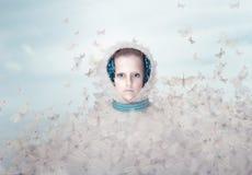 fantasía Mujer futurista con las mariposas del vuelo imagen de archivo libre de regalías