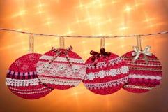 Fantasía roja de las bolas de la Navidad y Años Nuevos de celebración. Fotografía de archivo