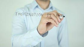 Fantasi är viktigare än kunskap som skriver på den genomskinliga skärmen arkivfilmer