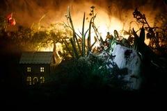 Fantasi dekorerat foto Litet härligt hus i gräs med ljus Gammalt hus i skog på natten med månen Selektivt fokusera royaltyfria bilder