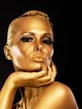 Fantasi. Framsida av den utformade gåtfulla kvinnan med guld- smink. Lyx Arkivbild