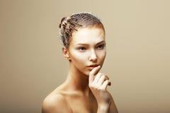 Fantasi. Idérikt begrepp. Tarantelspindel på kvinnas Head sammanträde i metallisk spindelnät royaltyfri bild