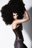 Fantasi. Konst. Futuristisk modemodell i lockig peruk för svart afrikan Arkivbilder