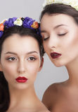 fantasi Kvinnor i girlander med Vernal blommor Arkivbilder