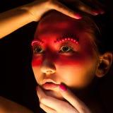 Fantasi. Ståenden av kvinnan med målat vänder mot tätt upp Royaltyfria Bilder