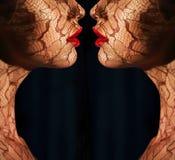Fantasi. Två kvinnors framsidor med traceryen mitt emot de. Reflexion Royaltyfri Bild