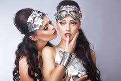 fantasi Utformade kvinnor i futuristiska silverexponeringsglas Royaltyfria Bilder