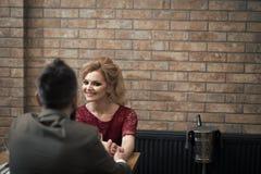Fantasia dos segredos dos pares Pares no amor entrevista de trabalho do homem de negócios e da senhora no vestido vermelho entrev Fotografia de Stock