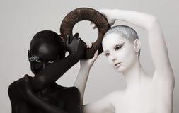 Fantasia. Símbolo esotérico de Yin & de Yang. Silhuetas das mulheres pretas & brancas Fotos de Stock Royalty Free
