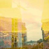 Fantasie-Ökologie-Zusammenfassungs-Hintergrund Stadtlandschaft gemischt mit dem natürlichen auf Papierbeschaffenheit lizenzfreie stockfotos
