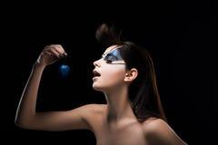 Fantasie. Bild des Mätresse einen blauen Ball in der Hand halten. Inspiration stockfotografie