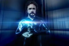 Fantasie en science fiction, zwarte latexmens met blauw neon sphe stock afbeeldingen