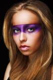 Fantasie. Färbung. Modische Frau mit glänzendem buntem Make-up. Faceart stockfotografie
