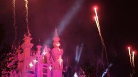 Fantasie fairytale kasteel met vuurwerkvertoning bij nacht De partij van de viering stock video