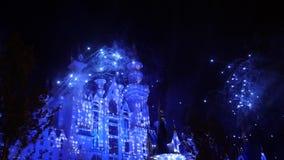 Fantasie fairytale kasteel met vuurwerkvertoning bij nacht De partij van de viering stock videobeelden
