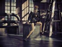 Fantasie gekleidete Frau in der leeren Fabrik Lizenzfreies Stockbild