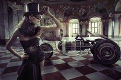 Fantasie gekleidete Frau mit Retro- Auto Lizenzfreies Stockfoto