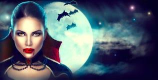 Fantasie-Halloween-Frauenporträt Reizvoller Vampir stockbilder