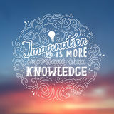 Fantasie ist wichtiger als Wissen - Einstein-Beschriftungszitat Gezeichnetes Plakat des Vektors Hand Stockbild