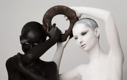 Fantasie. Yin u. Yangs geheimes Symbol. Schwarze u. weiße Frauen-Schattenbilder Lizenzfreie Stockfotos