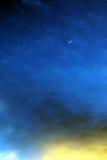 Fantasieabend-Himmelhintergrund des Mondes sichelförmiger Stockfotografie