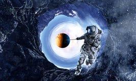 Fantasiebeeld met de planeet van de ruimtevaardersvangst Gemengde media Stock Afbeeldingen
