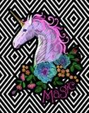Fantasieeinhornstickerei-Fleckenaufkleber Rosa violettes Mähnenpferd, das Blume Mohnblume vereinbaren, stieg auf geometrischen St Lizenzfreie Stockfotografie