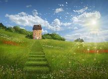 Fantasiefeld und -haus an einem schönen Tag lizenzfreies stockfoto