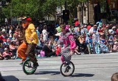 Fantasieflöße 'Clowne auf dem einem Radfahrrad 'führen in der Credit Unions-Weihnachtsfestzugparade 2018 durch stockbild