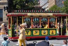 Fantasieflöße 'Tram 'führen in der Credit Unions-Weihnachtsfestzugparade 2018 durch lizenzfreie stockfotos