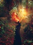 Fantasiefoto van de jonge tovenaar van de redhairdame Stock Afbeeldingen