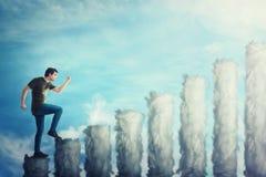 Fantasiekonzept als ?berzeugter Kerl, der auf ein Treppenhaus als Diagramm gemacht von den Wolken tritt Mann, der oben beeilt ?be stockfoto
