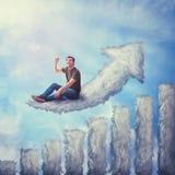 Fantasiekonzept als aufgeregter Kerl gesetzt auf einer Wolke geformt als zunehmendes Diagramm, Zeigefinger oben schauend und zeig stockbild