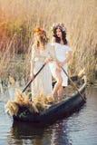 Fantasiekunstfoto, das von den schönen Mädchen liegen im Boot ist Lizenzfreie Stockfotografie