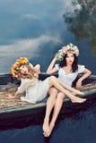 Fantasiekunstfoto von schöne Mädchen im Boot Stockfoto