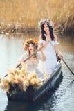 Fantasiekunstfoto von schöne Mädchen im Boot Stockfotos