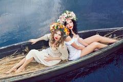 Fantasiekunstfoto von schöne Mädchen im Boot Stockbild