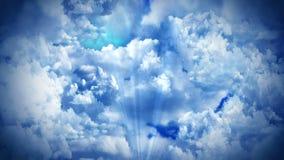 Fantasielandschaft auf bewölktem Himmel, weiße Rauchanimation, Schleifenhintergrund, lizenzfreie abbildung