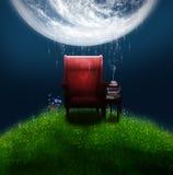 Fantasieleunstoel onder een grote maan Royalty-vrije Stock Foto