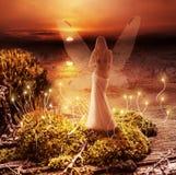 Fantasiemagiewelt. Elf und Sonnenuntergang Lizenzfreie Stockfotografie