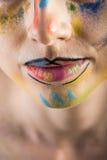 Fantasiemake-up mit Zwischenlage und farbigem Pulver stockbilder