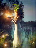 Fantasiemeisje die magisch licht nemen Stock Foto