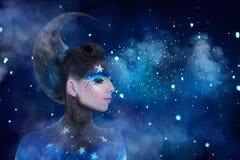 Fantasieportret van maanvrouw met sterrensamenstelling en het kapsel van de maanstijl stock foto