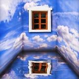 Fantasieraumlandschaft mit Wolken, Wasser reflectionand Fenster Stockfotografie