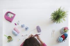 Fantasiereiche Frau, die mit Wolle an ihrem Studio arbeitet Lizenzfreie Stockbilder